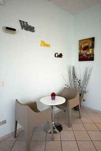 Hotel-Arno-Cesenatico-Tavolino-con-sedie